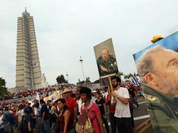 Los cubanos empiezan a entrar a la Plaza de la Revolución para despedirse de Fidel