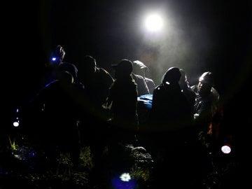 Operarios sacan los cuerpos del avión siniestrado del Chapecoense