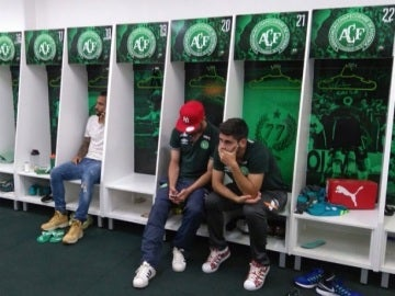 Jugadores del Chapecoense rezan por sus compañeros en el vestuario