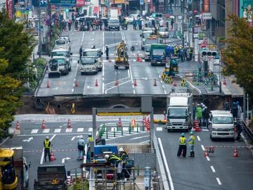 Fotografía del enorme hundimiento que obligó a cortar el tráfico en una avenida de Fukuoka (Japón) el pasado 8 de noviembre