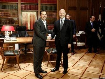 Alexis Tsipras, primer ministro griego, saludo a Pierre Moscovici,  comisario europeo de Asuntos Económicos, durante su encuentro en Atenas