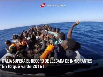 Frame 11.785374 de: Italia supera el récord de inmigrantes llegados a sus costas desde el norte de África