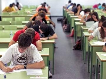 Alumnos realizando un examen