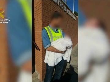 Frame 10.085448 de: Detenida una pareja de hombres junto a la mujer que les iba a vender a su bebé por 10.000 euros
