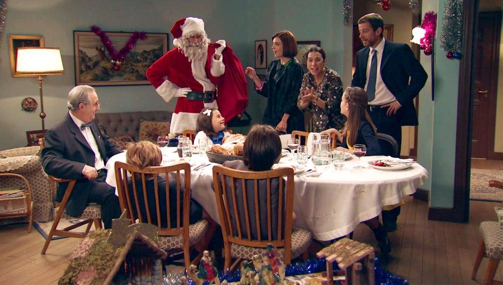 Un misterioso Papá Noel anima las Navidades precipitadas de los Gómez