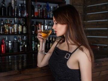 Una mujer consume alcohol