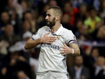Benzema celebrando un gol