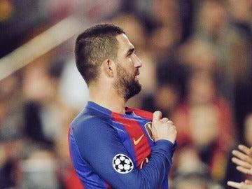 Arda Turan se señala el escudo del Barça en el Camp Nou