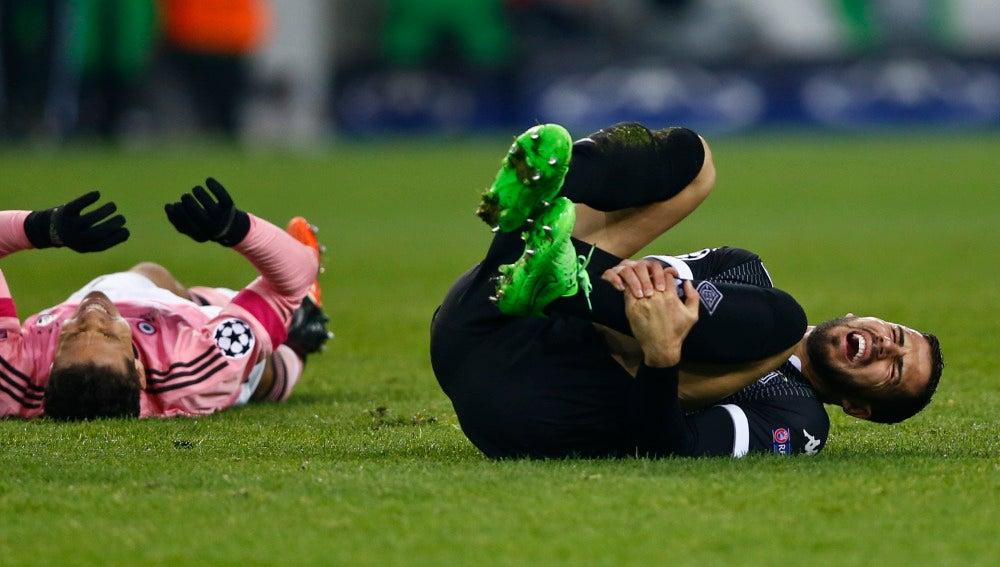 Álvaro Domínguez se lleva las manos a la pierna