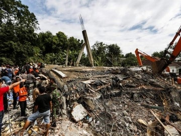 Los servicios de rescate en las labores de búsqueda de víctimas tras el terremoto de Indonesia