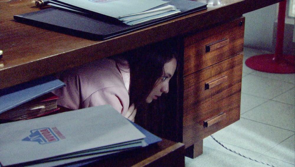Alba, atrapada en la oficina tras robar unos documentos a su padre