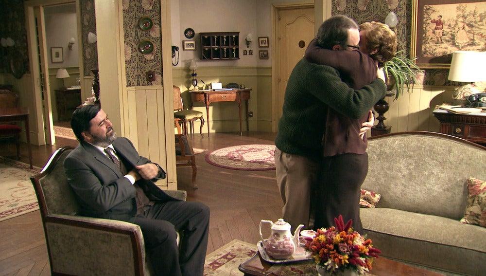 Benito le pide matrimonio a Benigna