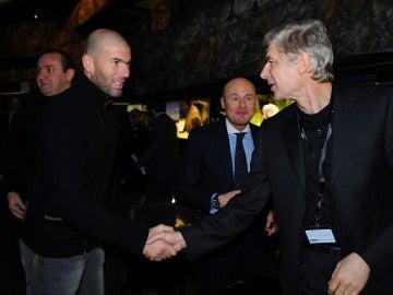 Zidane y Wenger se saludan en un evento