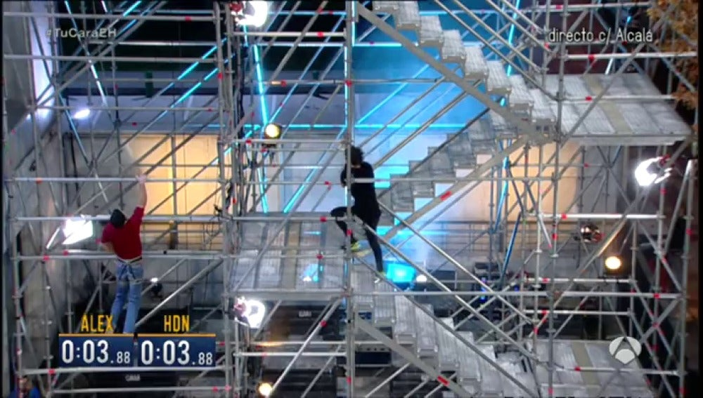 Frame 220.961666 de: ¿Se sube antes escalando por la torre o por las escaleras?