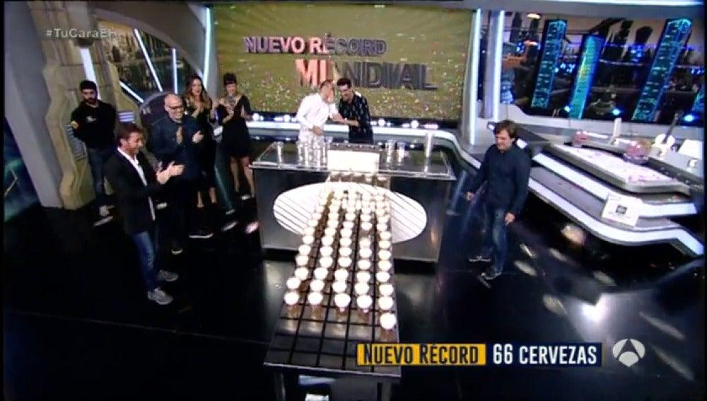Frame 187.63829 de: Marron bate el récord mundial de servir cañas de cerveza