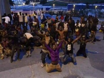 Frame 10.717807 de: Al menos 400 inmigrantes logran entrar en Ceuta tras un asalto masivo a la valla fronteriza