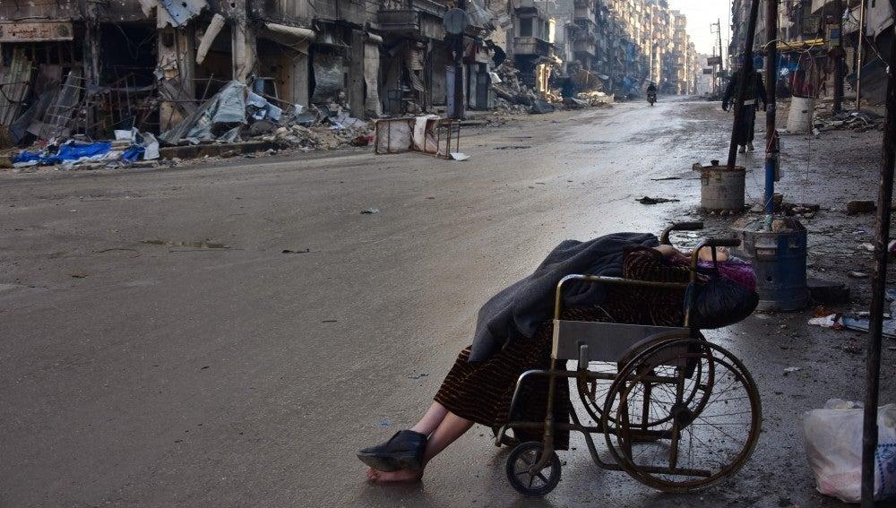 Sabah, una anciana en silla de ruedas que falleció esta semana en mitad de la calle en Alepo
