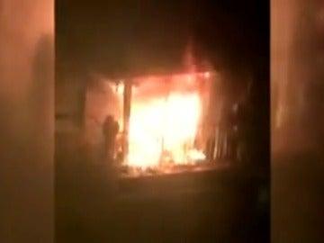 Frame 7.700035 de: Los bomberos rescatan del balcón a dos ancianos rodeados por un incendio