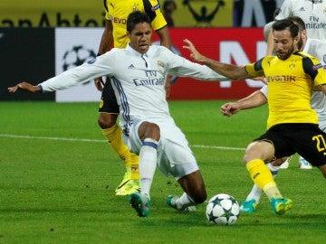Raphael Varane, jugando contra el Borussia Dortmund