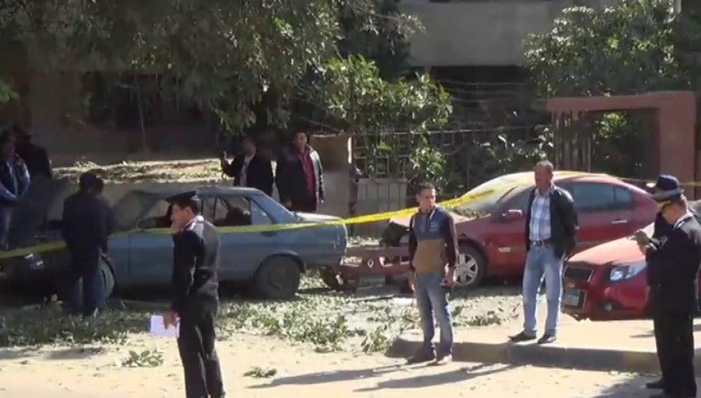Frame 8.706239 de: Al menos seis policías muertos y tres civiles heridos por el estallido de una bomba en El Cairo