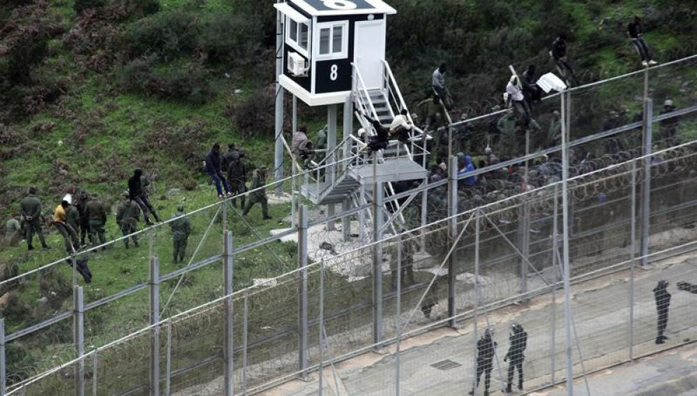 Ceuta registra uno de los saltos más masivos al entrar más de 250 inmigrantes