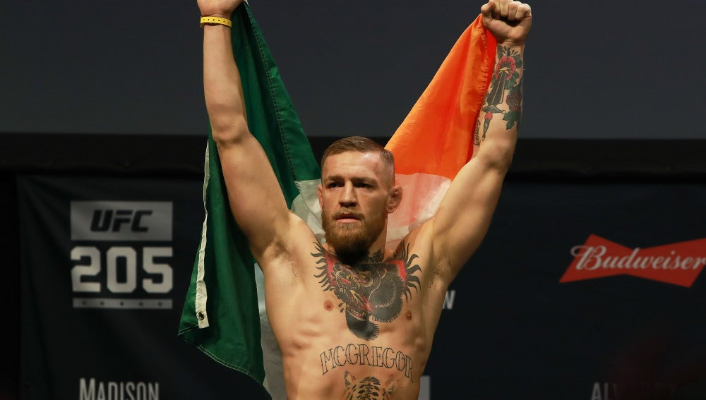 Conor McGregor, con la bandera irlandesa