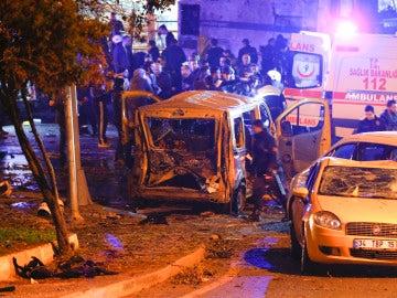 Imagen de la explosión a las afueras del estadio del Besiktas