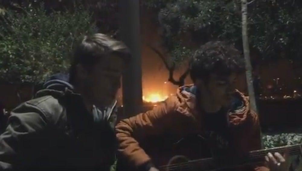 La explosión del coche bomba, vista detrás de los dos chicos