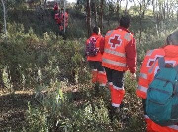 Efectivos de la Cruz Roja realizan una batida en Monesterio