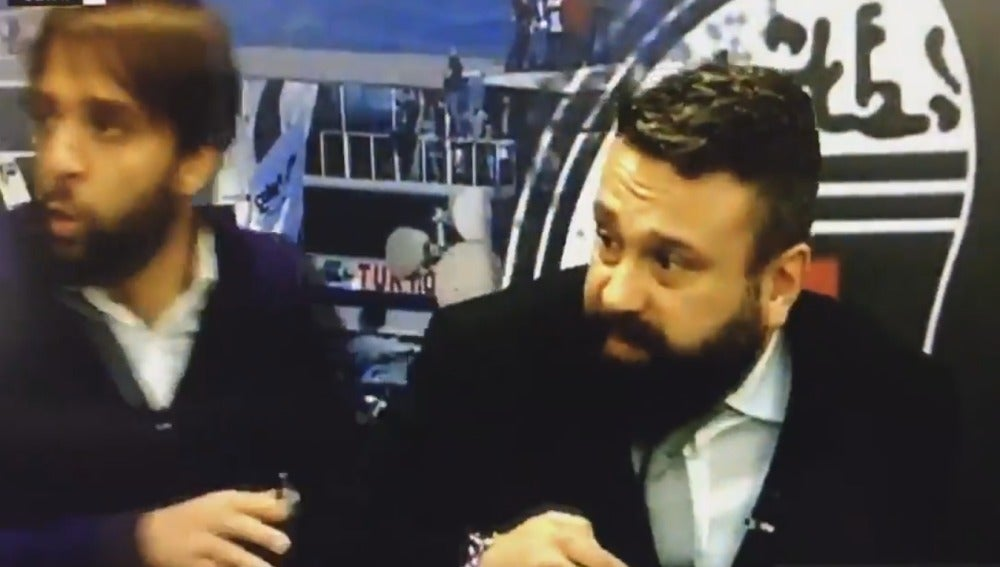 Los presentadores de la televisión del Besiktas, escuchando la explosión