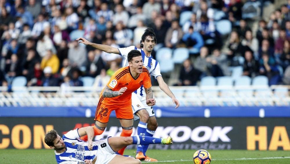 Santi Mina recibe una falta contra la Real Sociedad