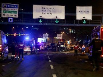 Policía y ambulancias en el lugar donde se ha producido el atentado en Estambul