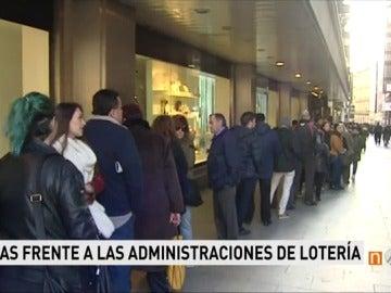 Largas colas frente a las administraciones de lotería
