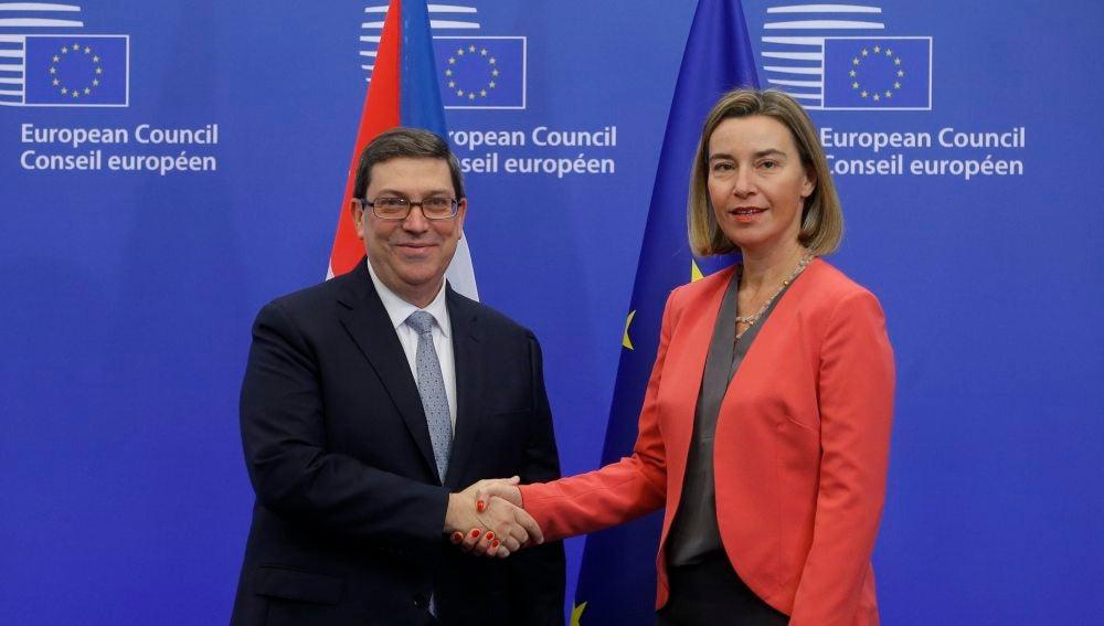 El ministro cubano de Exteriores, Bruno Rodríguez, saluda a la jefa de la diplomacia europea, Federica Mogherini
