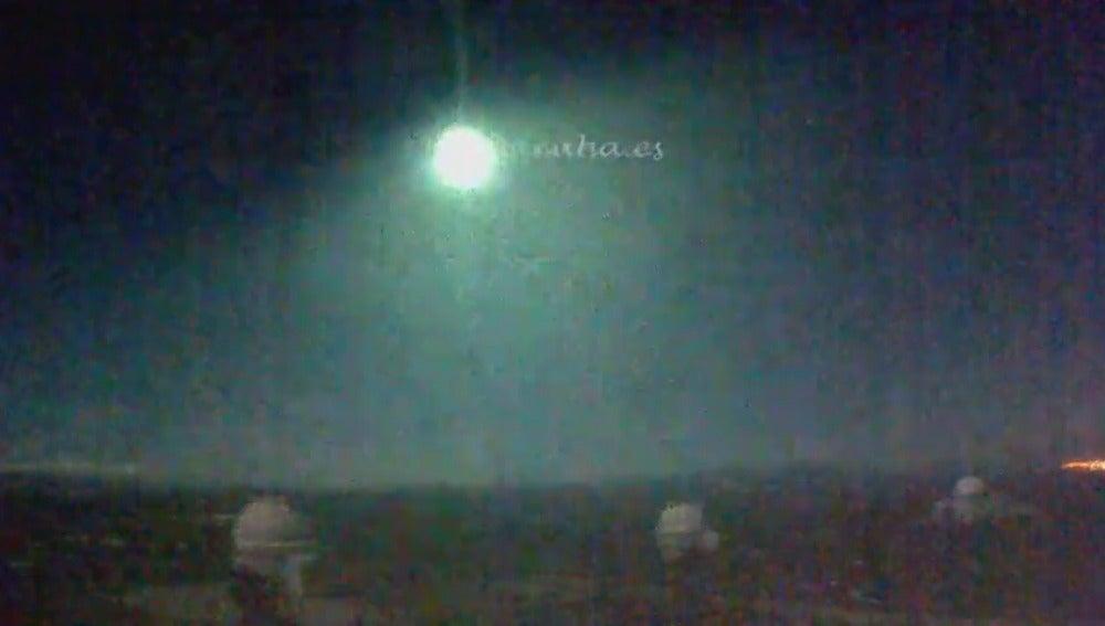 Frame 2.104885 de: Una 'bola de fuego' atraviesa el centro y sur de España tras impactar contra la atmósfera a 72.000 kilómetros por hora