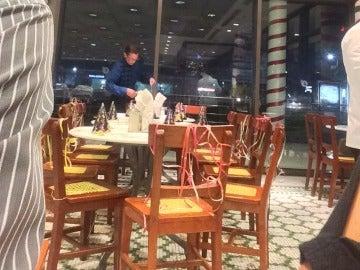 Decora la mesa y las sillas para celebrar su cumpleaños