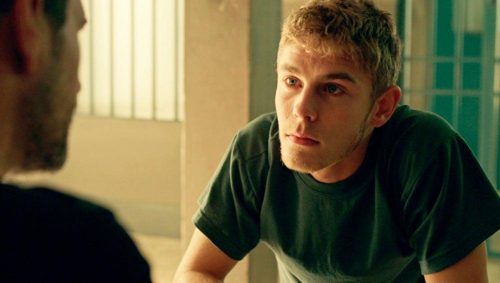 Fernando descubre que Cristina guarda una foto de Sergio junto a los mensajes del fumigador