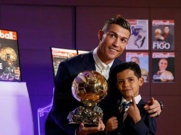 Cristiano Ronaldo posa con su cuarto Balón de Oro