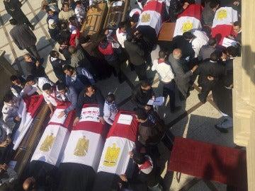 Miembros 'scouts' coptos llevan los ataúdes de las víctimas del atentado