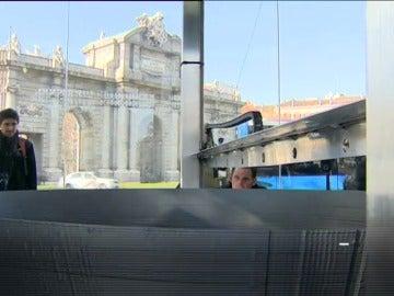 """Frame 33.679758 de: La mayor impresora 3D del mundo imprime una réplica de """"La Estrella de la Muerte"""" en la Puerta de Alcalá"""