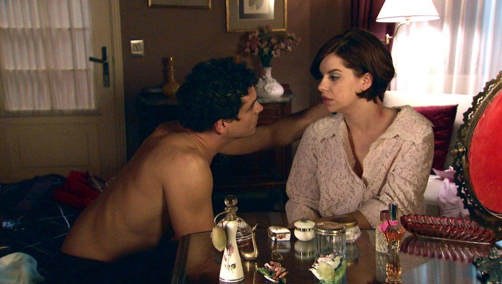 Marta y Rafael, a punto de ser descubiertos por Alba