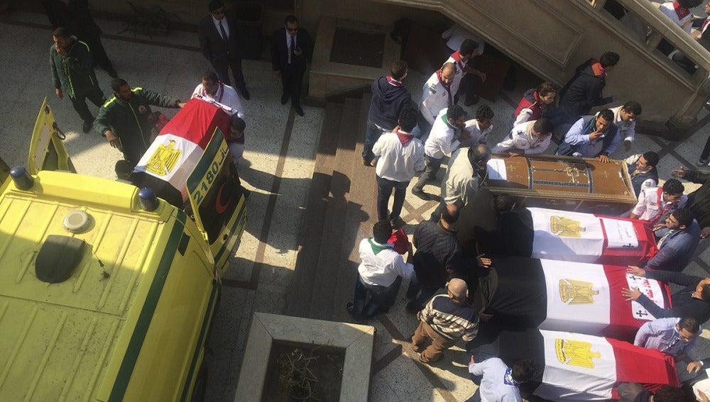 Ataúdes de las víctimas del atentado en El Cairo