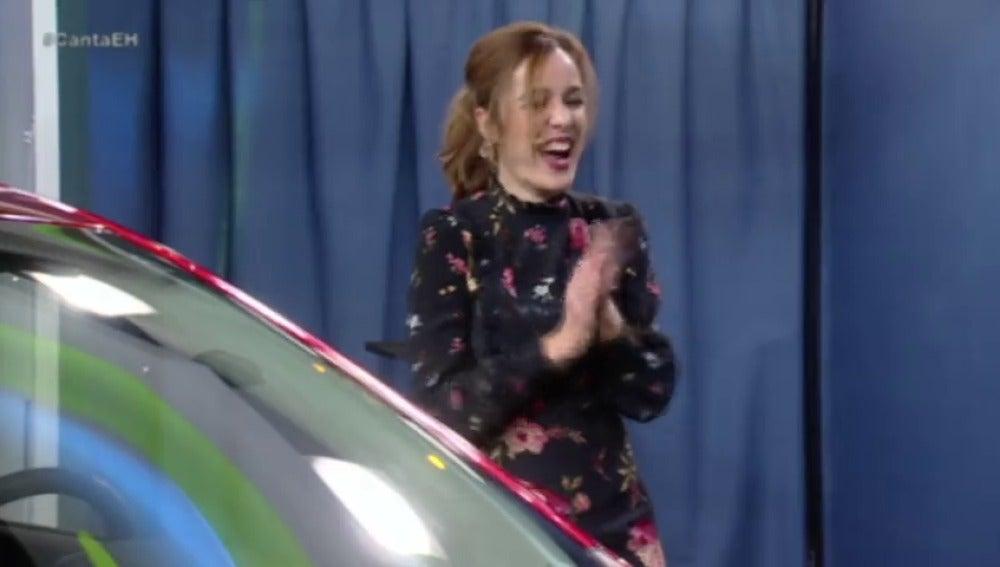 Frame 102.003105 de: Manolo Sarria regala un coche a una chica del público