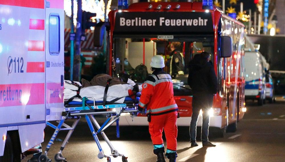 Los heridos en el ataque a un mercadillo navideño en Berlín son atendidos en el lugar