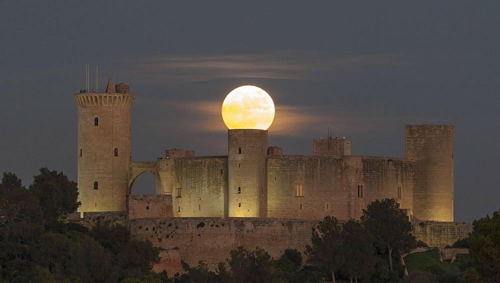 La superluna en el castillo mallorquín de Bellver