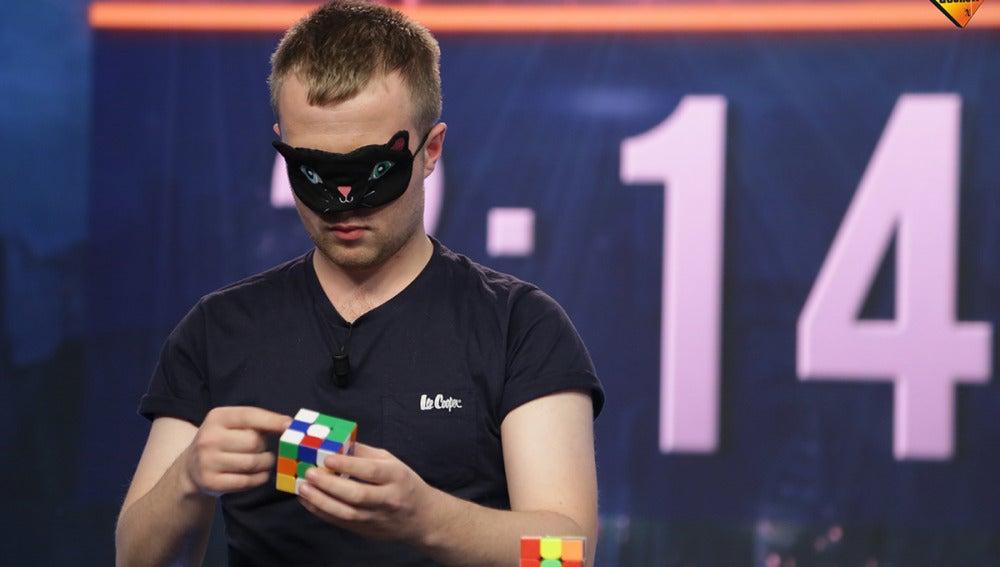 Calum, un joven capaz de resolver un cubo de Rubik con los pies