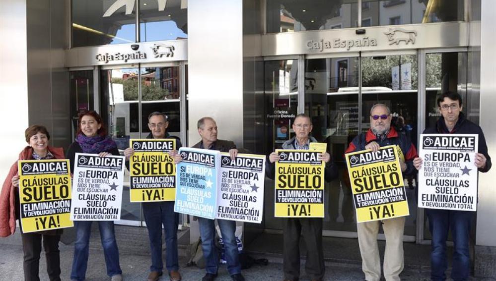 Integrantes de Adicae Castilla y León durante una manifestación en Valladolid para pedir a Europa la retroactividad total de las cláusulas suelo