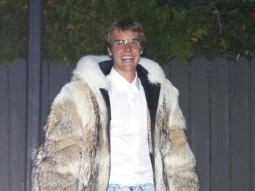 Justin Bieber con un abrigo de pelo en Los Ángeles