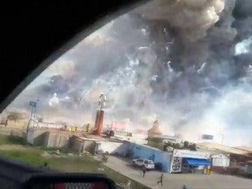 Frame 8.916894 de: Al menos 36 muertos y 72 heridos en una explosión en cadena en una fábrica de pirotecnia en México