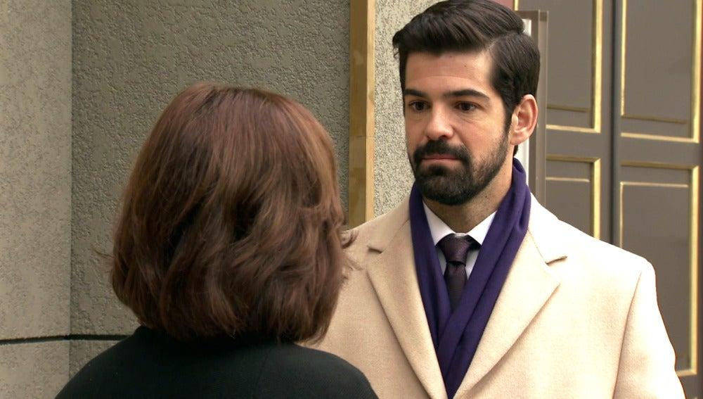 Alonso, muy preocupado, pregunta a Rosalía por la falta de interés de Marta